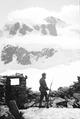 Patrouille auf den Trümmern der zerstörten Theodulhütte - CH-BAR - 3236974.tif