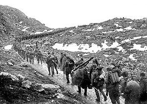 Бойцы 12-й бригады морской пехоты на марше через хребет (фьёлд) Мустатунтури
