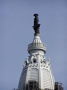 Бронзовая статуяУильяма Пеннана вершинеСити-холла в Филадельфии