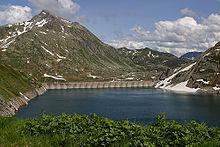 Il bacino idroelettrico formato dalla diga del Lucendro