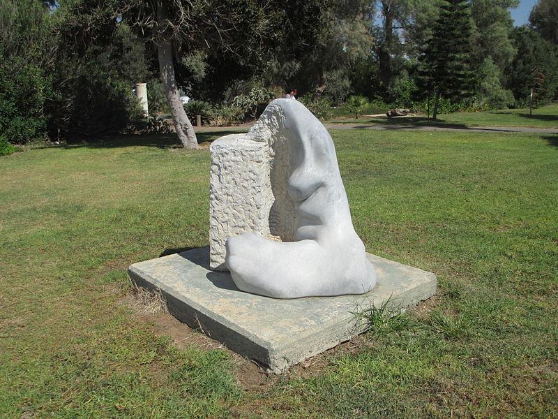 פסל של יעל ארצי בשדות ים