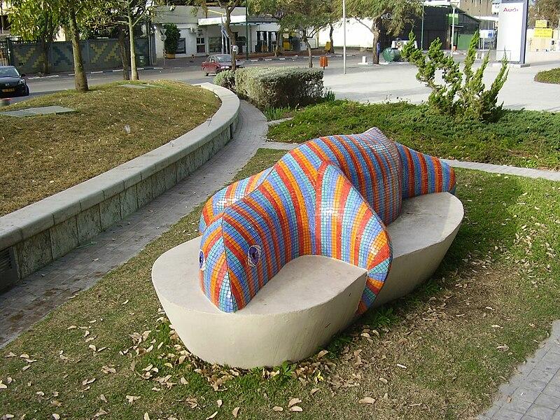 ספסל מעוצב כסלמנדרה, בהרצליה