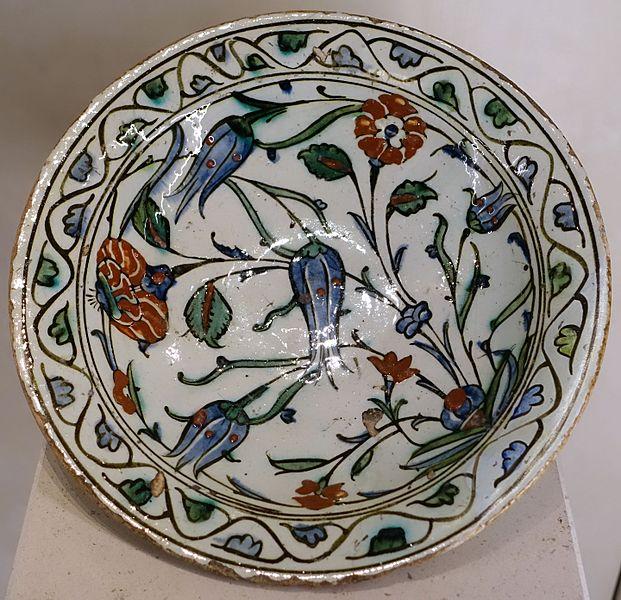 File:Plate with flowers, Iznik, Turkey, 16th-17th century AD, glazed ceramic - Cinquantenaire Museum - Brussels, Belgium - DSC09089.jpg