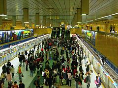 Platform of Blue Line in Taipei City Hall MRT Station 20101211.JPG
