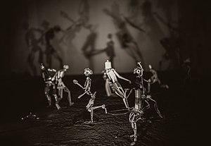 Une œuvre de Rajendra Korlapu-Bungaree exposé au Grenier lors de la deuxième édition du festival. De petits personnages en fer sont disposés et le jeu d'ombres et de lumières est au coeur de l'oeuvre.