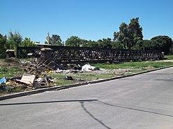 Puente del FCGB sobre arroyo entubado en Villa Fiorito.JPG
