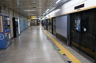 Apgujeong station - The platforms at Apgujeong station