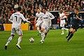 Real Madrid vs Real Sociedad feb 2011 - Kaká pasa a Cristiano Ronaldo.jpg