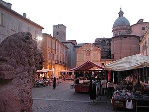 Reggio emilia piazza san prospero sera