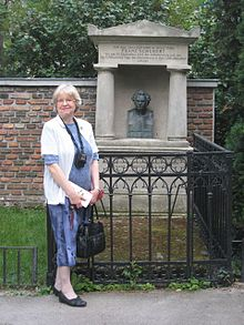 Steblin at the grave of Franz Schubert in Währing, Vienna, June 2012