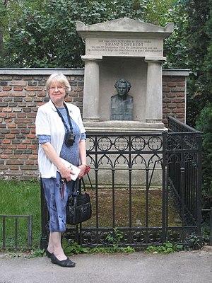Rita Steblin - Steblin at the grave of Franz Schubert in Währing, Vienna, June 2012