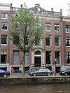 foto van Dubbel huis met gevel met hoeklisenen, onder rechte stenen lijst met attiek