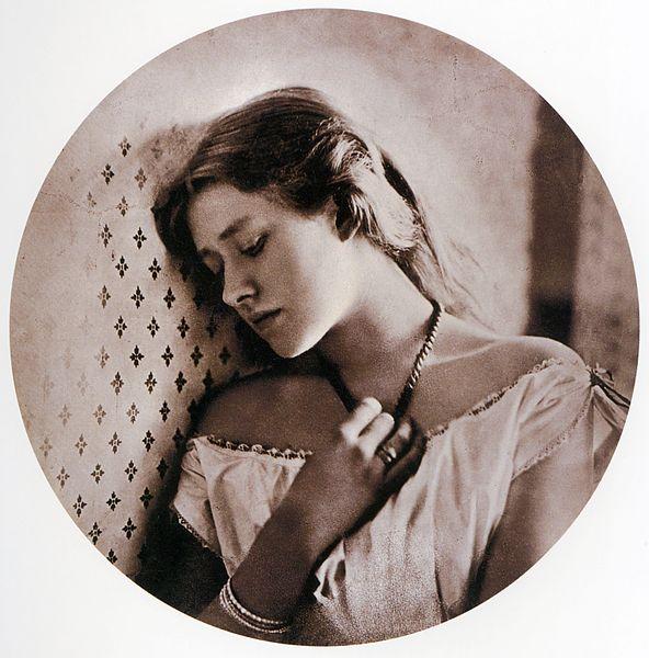 Ellen Terry, que se tornaria famosa como atriz shakespeariana, é a moça deste belo retrato feito em 1864.
