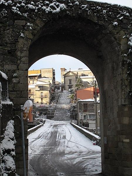 File:Scalinata dei Cappuccini attraverso la porta di San Martino.jpg