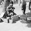Schoenmaker in de openlucht aan het werk met een schoen die hij op een leest hee, Bestanddeelnr 255-3517.jpg