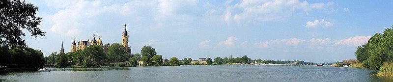 File:Schwerin Schloss See Ponton-Bruecke Bundesgartenschau 2009 Panorama.jpg