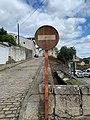 Señal oxidada dirección prohibida Mondoñedo.jpg