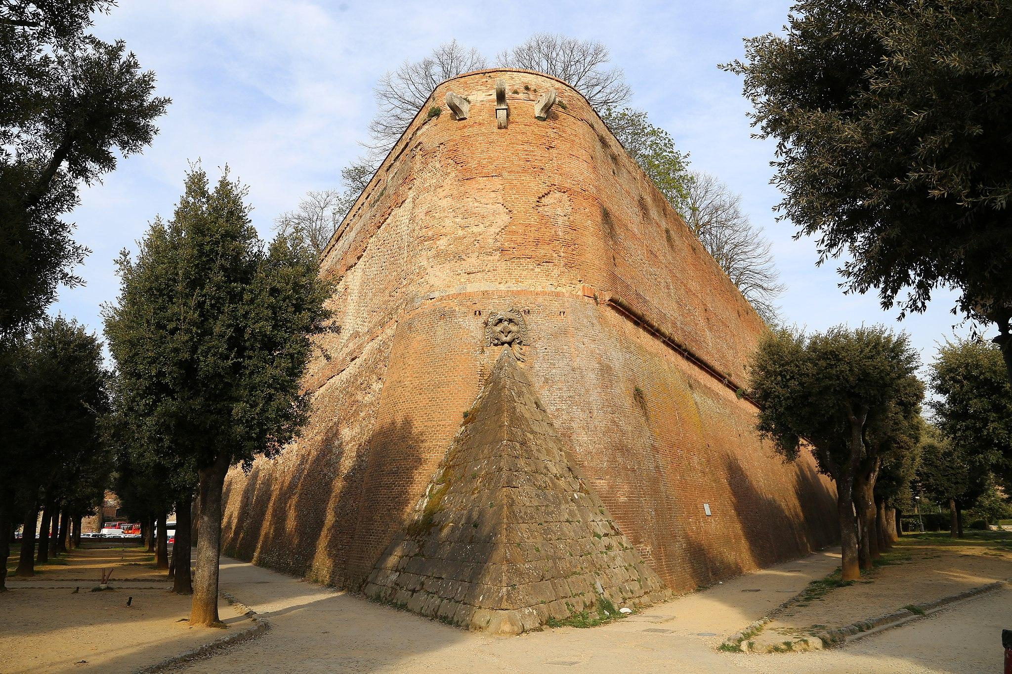 Siena, Fortezza di Santa Barbara, bastione ovest, punta con mascherone