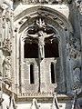 Soissons (02), abbaye Saint-Jean-des-Vignes, abbatiale, tour nord, étage de beffroi, le Christ en croix entre la Vierge de douleur et saint Jean.jpg