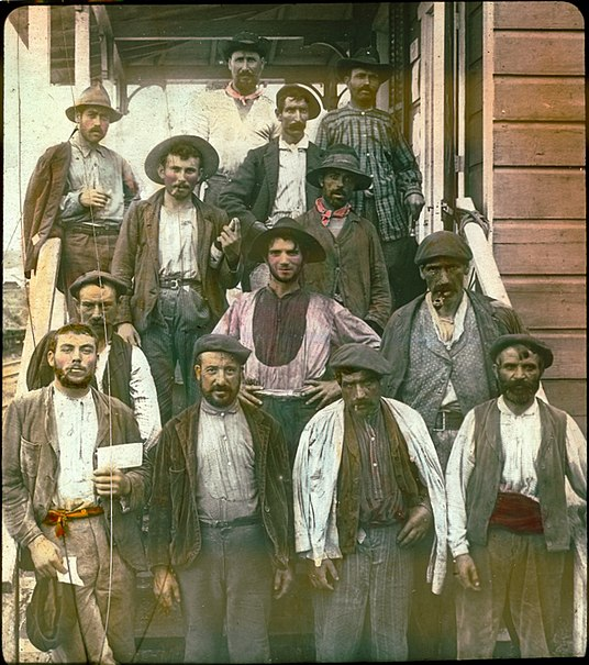 File:Spanish laborers on Panama Canal in early 1900s.jpg