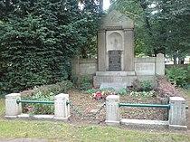 Stadtfriedhof Engesohde Abt. 25 A Nr. 8 B + C Familiengrab Albert Knoevenagel van Hoorn Kapp Cramer Mehrhardt.jpg