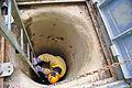 Stará Amatérská jeskyně - vstup od Cigánského závrtu - sestup jeskyňáře.jpg