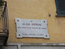 Targa apposta sulla casa sui Navigli di Alda Merini