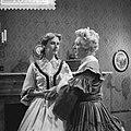 Televisiespel De erfgename , links Manon Alving , rec Fientje Berghegge, Bestanddeelnr 910-8828.jpg