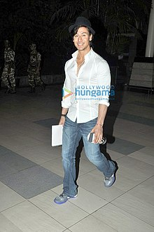 Tiger Shroff snapped at the domestic airport.jpg