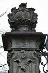 toegangshek, gezien vanaf de weg, linker zandstenen pijler, detail bovenste gedeelte, met bekroning - nieuwersluis - 20340408 - rce