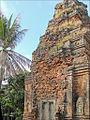 Tour-sanctuaire du temple Lolei (Angkor) (6972342129).jpg