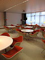 Ulmer Volkshochschule Club Orange mit den Stühlen Dining Armchair von Charles und Ray Eames 1.jpg