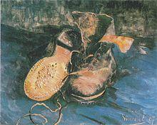 Sur un fond bleu sale, une paire de vieux souliers en cuir usagées. L'une est renversée l'autre est ouverte, un lacé traine.