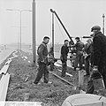 Vangrails beveiliging de weg Rotterdam Den Haag E10, men is bezig aan het laatst, Bestanddeelnr 916-1341.jpg