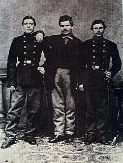 Васил Левски (вляво), брат му Христо Кунчев и Христо Иванов – Големия по време на втората българска легия в Белград. 1867– 1868 г.