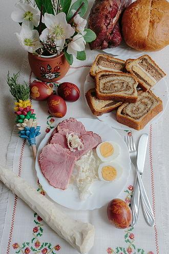 Eastertide - Image: Velika noč jedila hren šunka pirhi potica