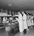 Verplegend personeel in de rij in de kantine van het Beilinson hospitaal te Peta, Bestanddeelnr 255-4914.jpg