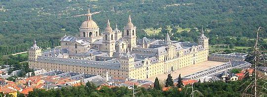 El Monasterio de El Escorial visto desde el aire y desde el Monte Abantos.