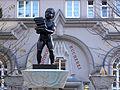 Wien - Sandleitenhof - Brunnenfigur vor der Städtischen Bücherei.jpg
