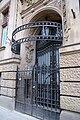 Wrocław, Podwale 63 - kuta krata przy bramie.jpg