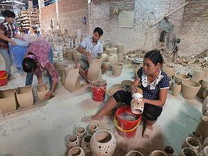 Vietnamese ceramics - Image: Xã Bát Tràng、鉢塲社 バチャン村 DSCF2725