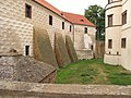 Zámek (Kostelec nad Černými lesy), podpůrné nosníky budov předzámčí.JPG