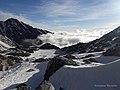 На вершине Мунку-Сардык (подушка). Вид на озеро Айхай.jpg