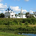 Суздаль Кремль над рекой.jpg