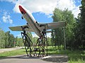 Учебно-тренировочный Л-29 на постаменте.jpg