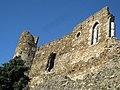 016 Castell de Montsoriu, torre sud i mur de la capella.jpg