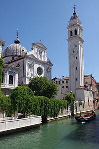 Hvit kirke på en kanal