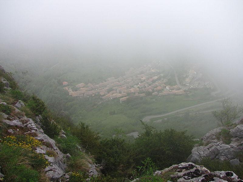 Village de Montségur dans la brume, vu depuis le pog