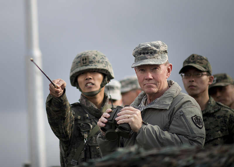 Archivo:A South Korean soldier, left, briefs Chairman of the Joint Chiefs of Staff Gen. Martin E. Dempsey on points of interest at the Demilitarized Zone separating North and South Korea 121111-D-VO565-021.jpg