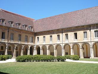 Saône-et-Loire - Image: Abbaye Cluny Kreuzgang 1